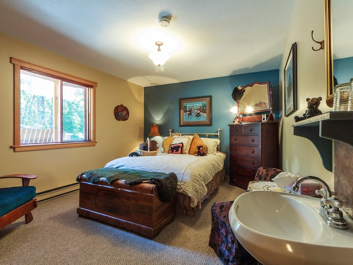 Golden Dreams B&B: Black Bear Room