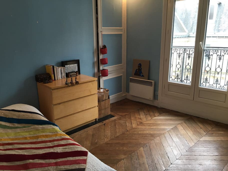 chambre spacieuse au coeur de paris appartements louer paris le de france france. Black Bedroom Furniture Sets. Home Design Ideas