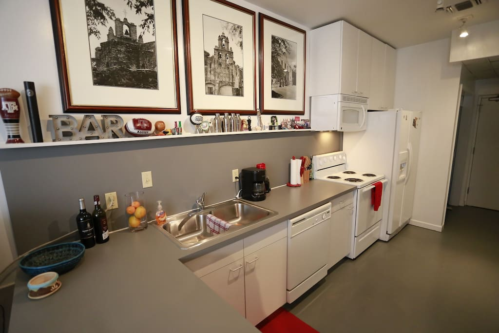 Simple kitchen, all electric, filtered water, ice maker and a microwave.