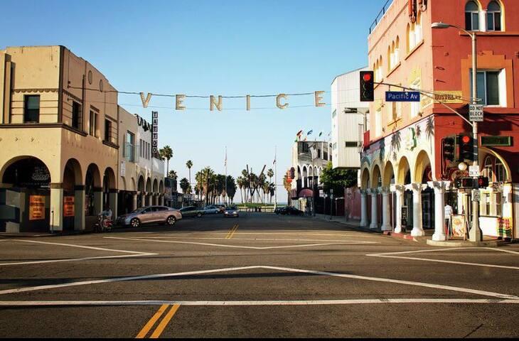 3bd, 2ba Venice Bungalow w/ Parking - Venice - Haus