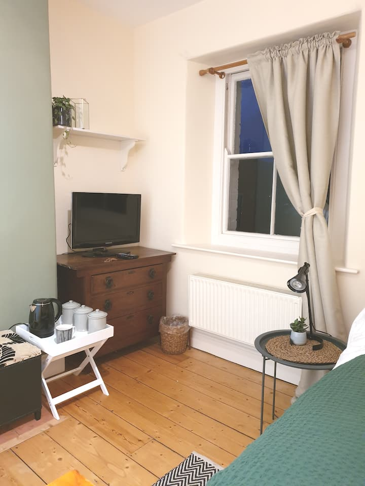 Lovely light double room situated on quiet street