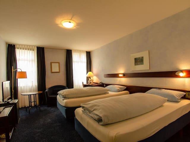STADT-Hotel, (Lörrach), Doppelzimmer zur Einzelnutzung mit Dusche und WC