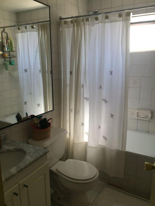 Baño segundo piso con ventana e iluminación