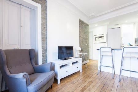 Charming 2 Bedrooms Louvre!!