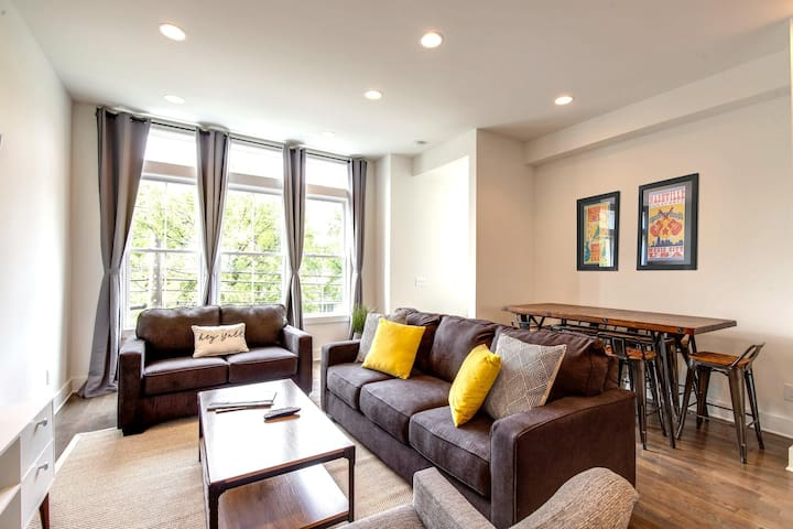 Modern Luxury Townhome Walk To Bars, Restaurants & Live Music