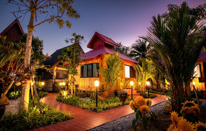 Saabay Home 5 (4 bed) Thai style in the city