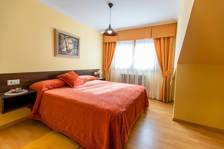 Habitación 6, con cama de 1,80 que se puede transformar en dos camas de 90 y se puede poner en caso de que la soliciten cama supletoria.