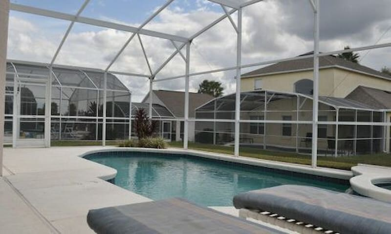 4 bed poolhouse in golf community and nearby parks