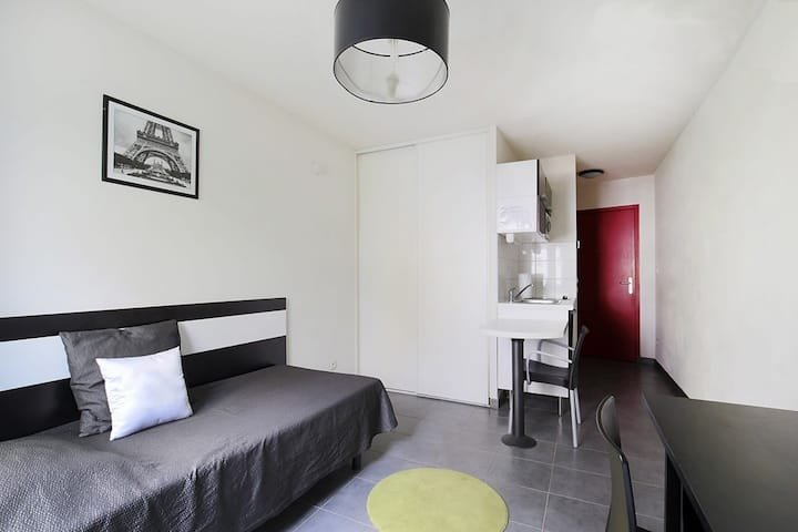 Luminous studio, 7th arrondissement (D115)