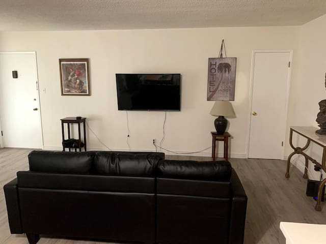 Spacious 1 Bedroom off Melrose Place