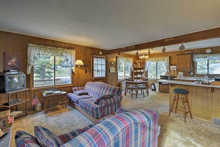 NEW! Cozy Cabin w/Deck -Walk to Green Lake & Beach