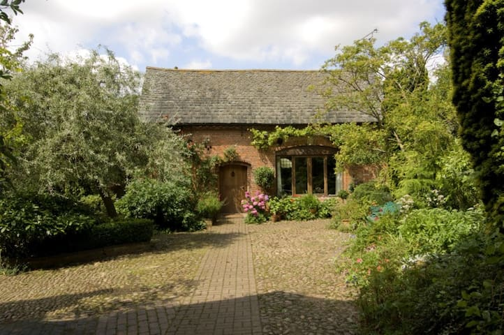 1766 Coachhouse in Walled Garden,Hungarton, Leics - Leicester, Leicestershire - Hus
