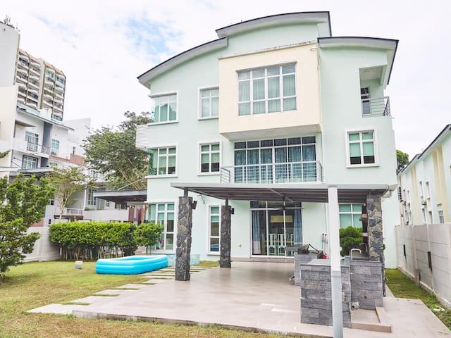 227890 - Room 1 · Shamrock Beach Corner Garden Villa sleep 24