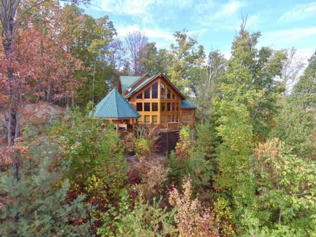 Luvin Logs cabin, three bedroom cabin, Outstanding View!