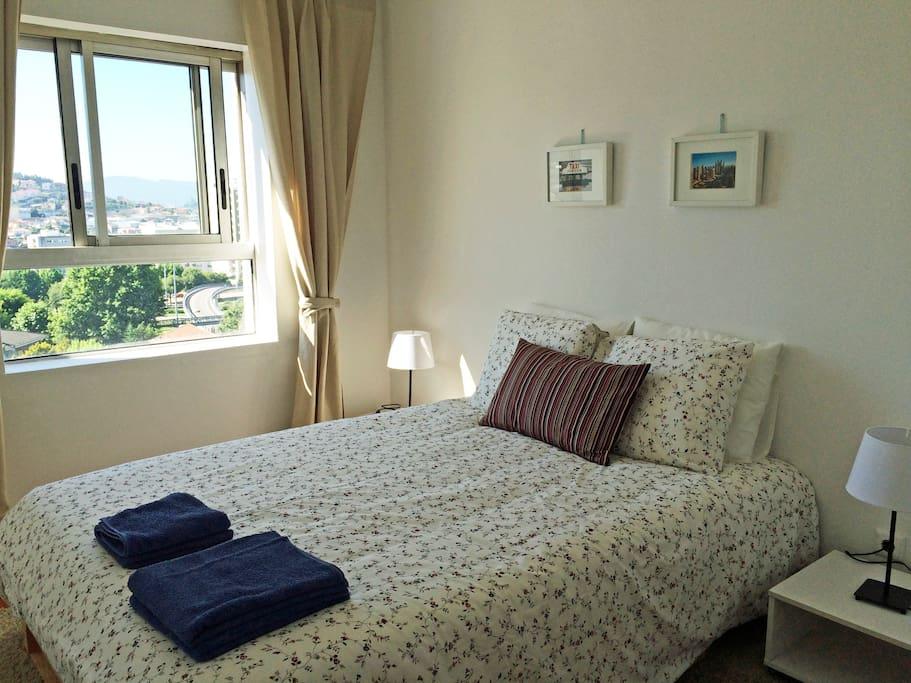 une chambre avec linge et grande fenêtre