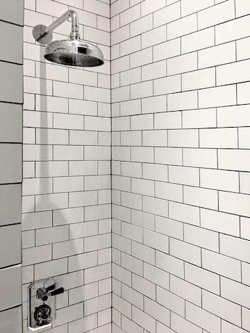 Vista de la ducha. ______ View of the shower.