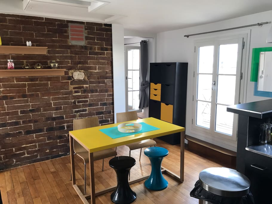 la belle table jaune pour manger en amoureux ou entre amis