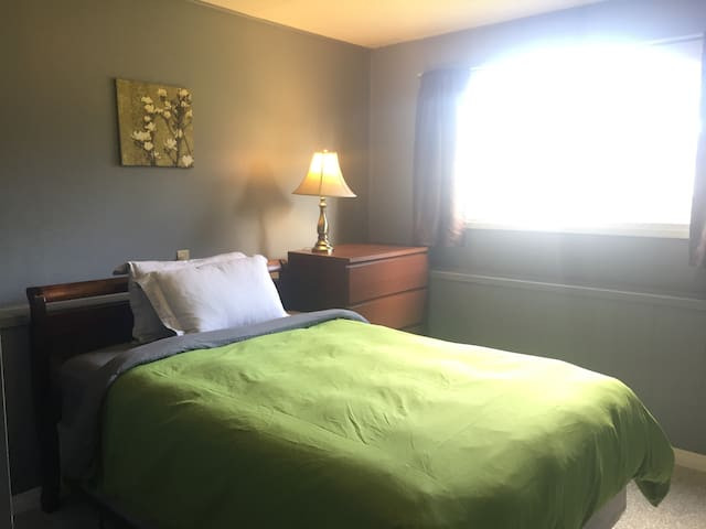 Private room, close to ferry/downtown/northend
