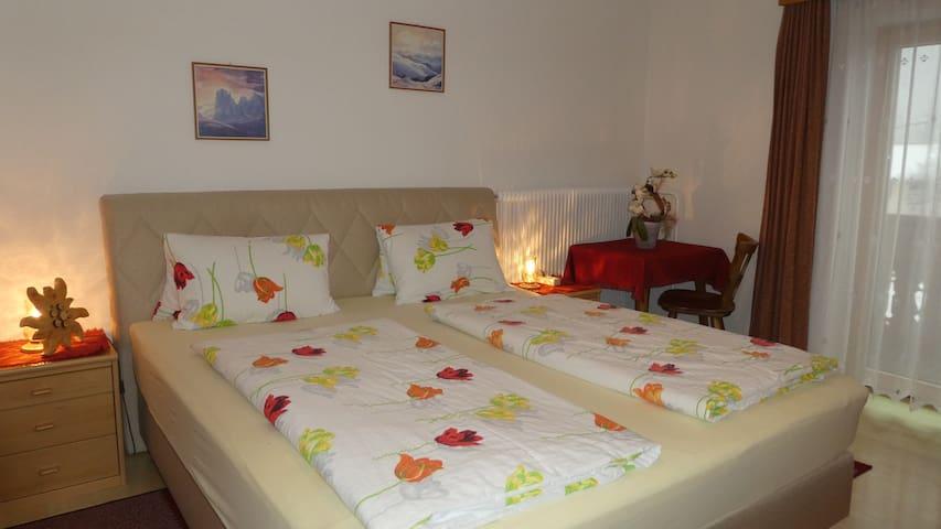 Schlafzimmer in der Ferienwohnung ALPENROSE