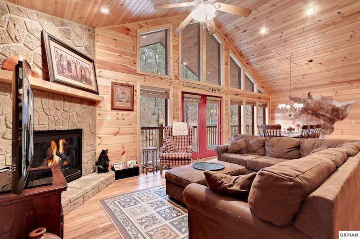 Large, Relaxing 4 BR Pigeon Forge Tennessee Cabin