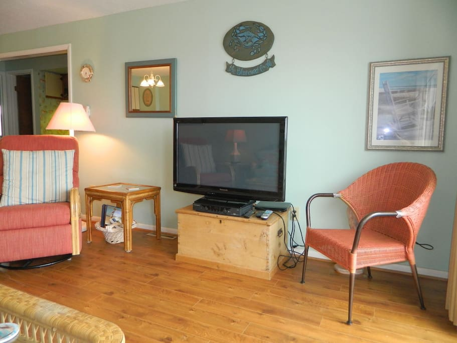 Living room with flat screen TV, DVD player, and Wifi.