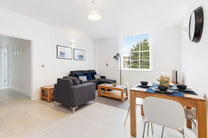 No.11 Stylish Modern Sleek Reading Apartment