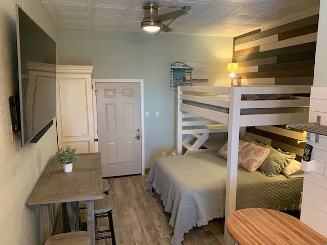"""HANGOUT"" BEACHVIEW STUDIO SLEEPS 4 GUESTS"