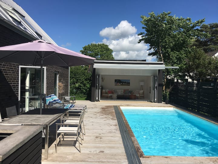 Modern poolvilla nära fin badstrand