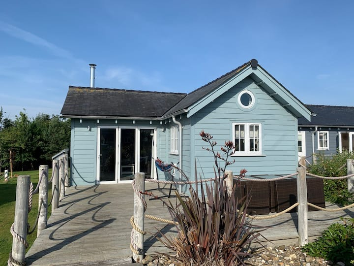 NEW Skylark The Bay - pool/gym, wifi, dog-friendly