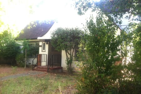 Peaceful, Private 3 Bedroom Home - Redding