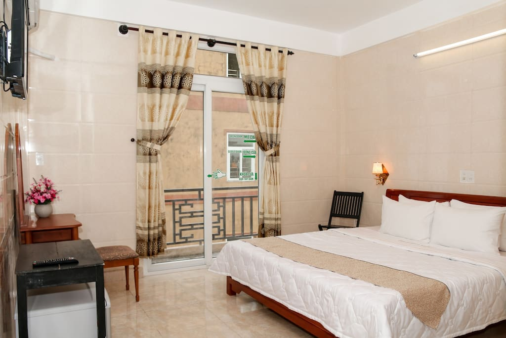 Deluxe room with private bath room, hot tub, free wifi, tv cable, hot shower, air-condition, hair dryer, balcony view.