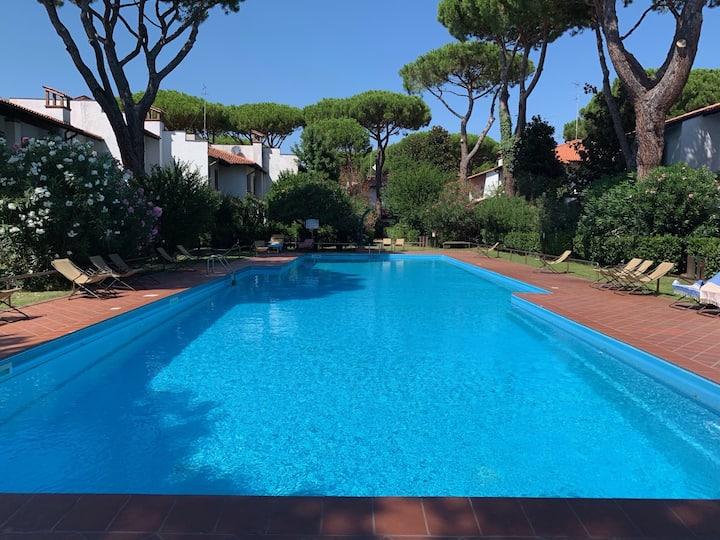 DUE PASSI AL MARE villetta con giardino e piscina.