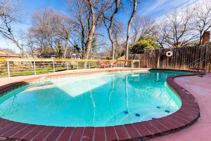 Great Dallas Home with a Pool