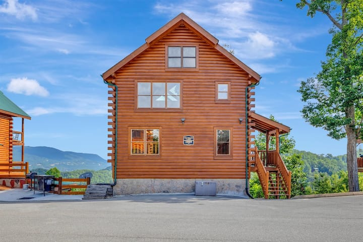3 Story, 3 bedroom luxury family cabin and hot tub