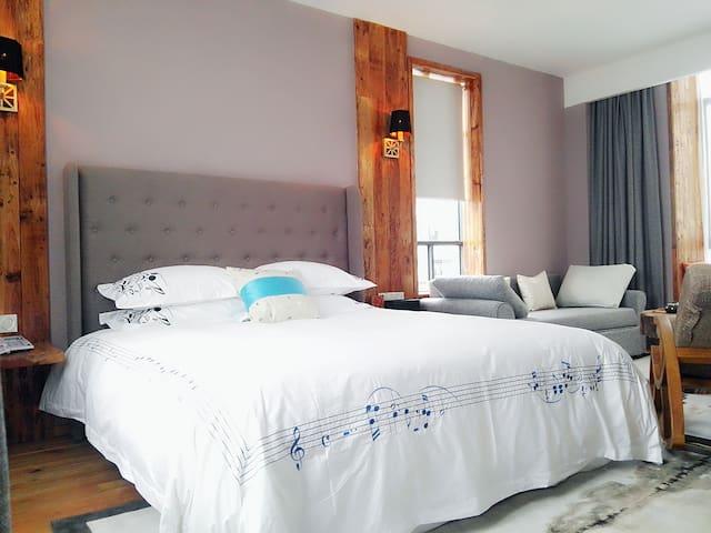 黄山老街街头巷尾客栈(八家栈  豪华套房)有阳台 飘窗 浴缸 豪华特大床+沙发床 - Huangshan - Hus