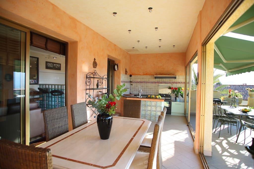 terrasse intérieure équipée d'une cuisine et plancha