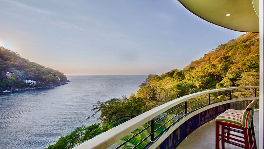 Panoramic Luxury Suite with Ocean, Gardens and swimming pool view