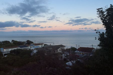Fantastic views and walk to the beach - Paekakariki - House