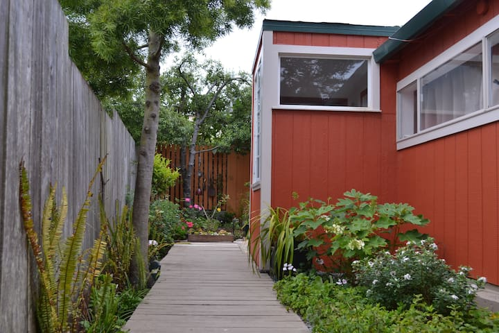 Private, Secluded Room and Garden in Calm Pacifica