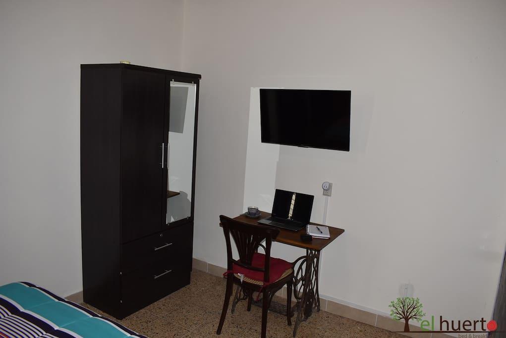 """Ropero de 2 puertas, con 2 gavetas (1 con llave), escritorio, Smart tv led de 32"""", wifi y cable."""