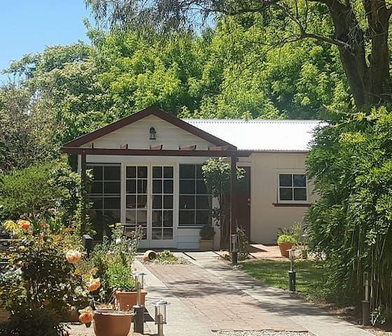 """Cosy Garden Cottage """"Fintry Cottage"""" in Bowral"""