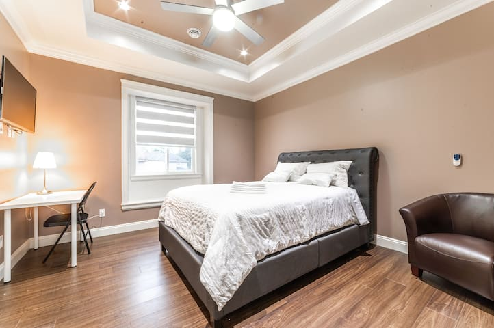 Quiet Private Bedroom in Surrey Central