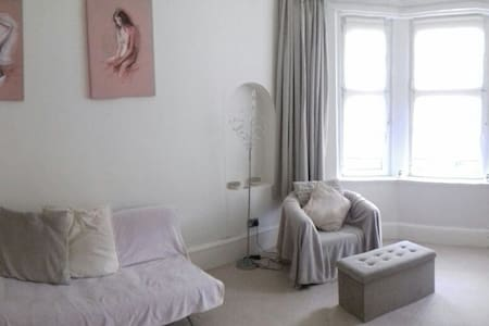 Spacious light cosy flat close to town (free wifi) - Glasgow