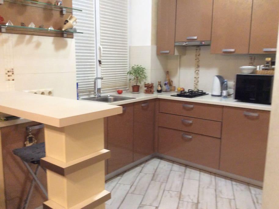 Уютная кухонная зона со всем необходимым