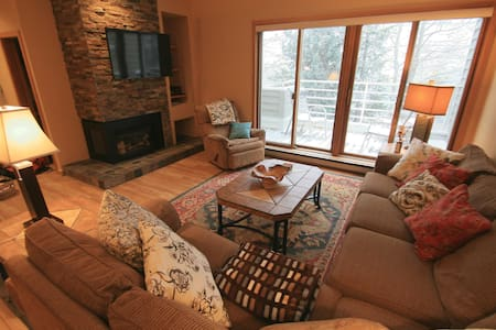 Luxury Main St Condo for 4, Hot Tub & Free Ski Bus