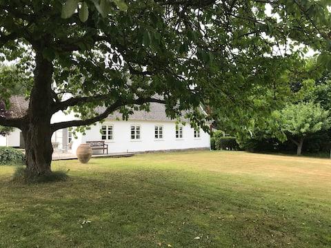 Lejlighed på hyggelig gård ved Humlebæk, Øresund