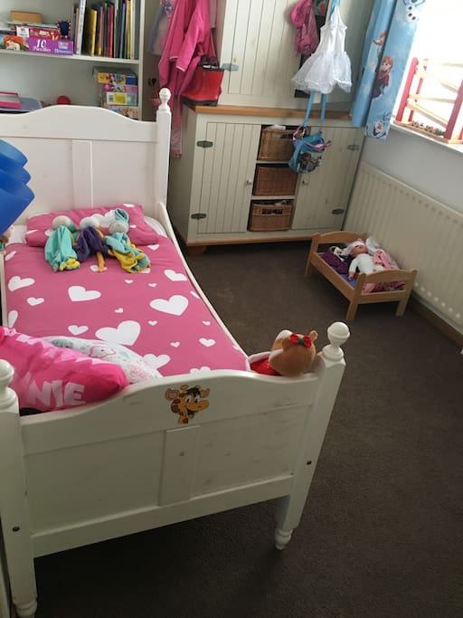 Bedroom 3 with toddler bed