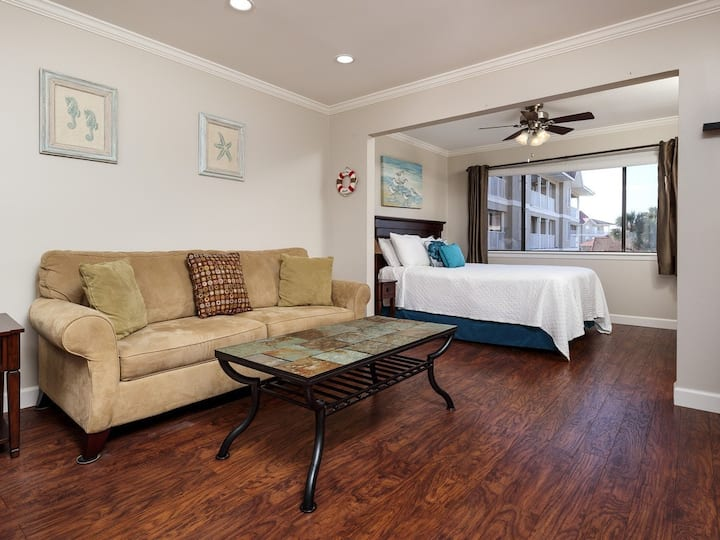 Beachy and elegant studio w/ balcony, beach chairs, and umbrella for guest use