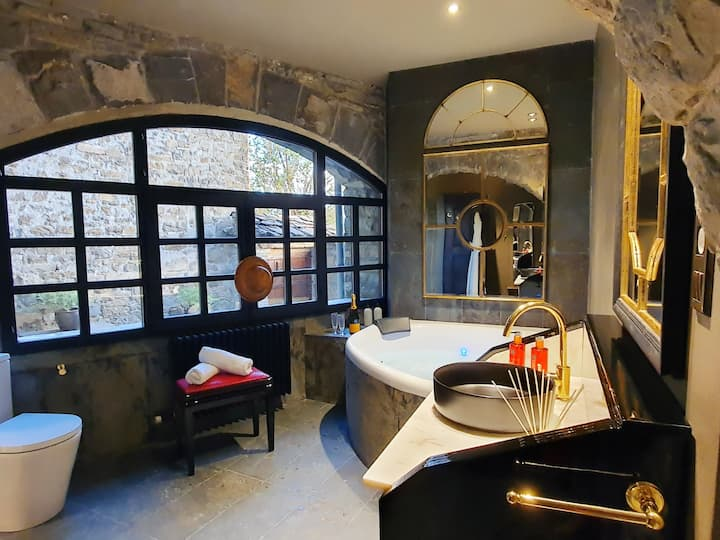 Romantic suite with jacuzzi and kitchen.1km-Ainsa.