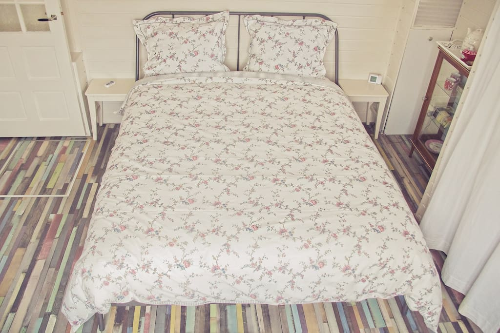 Room nr. 1; Comfertabel double bed (1.60x2.00) with an extra large non allergic comforter that is made of natural material. The sheets aree from 100 % cotton.